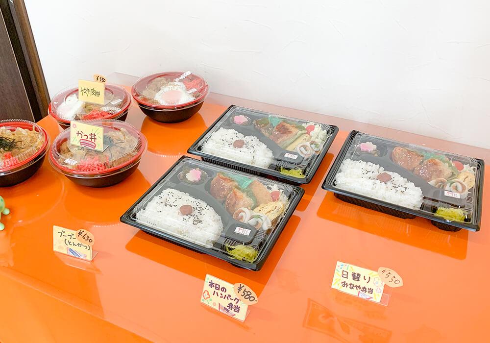おいしそうなお弁当やどんぶりが机に色々と並べられていました