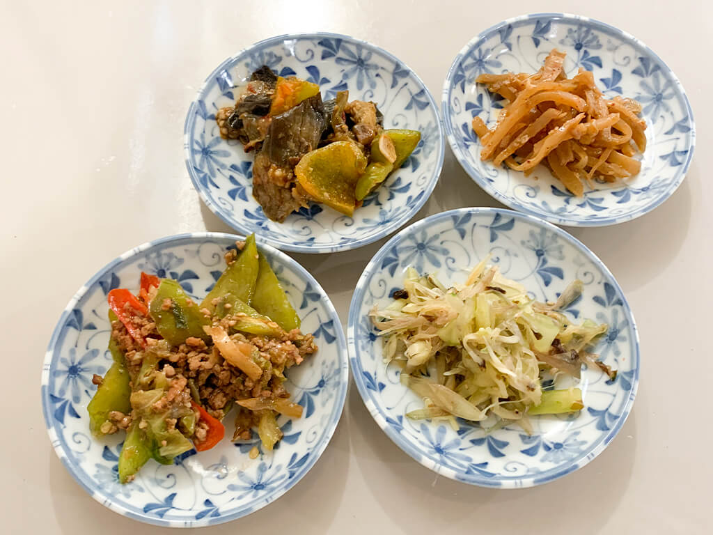 ザーサイや夏野菜の炒め物、ミョウガときゅうりの和え物、青唐辛子のひき肉炒め