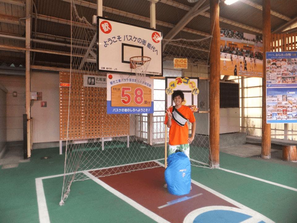 能代駅にはバスケゴールがあり、バスケファンが訪れます