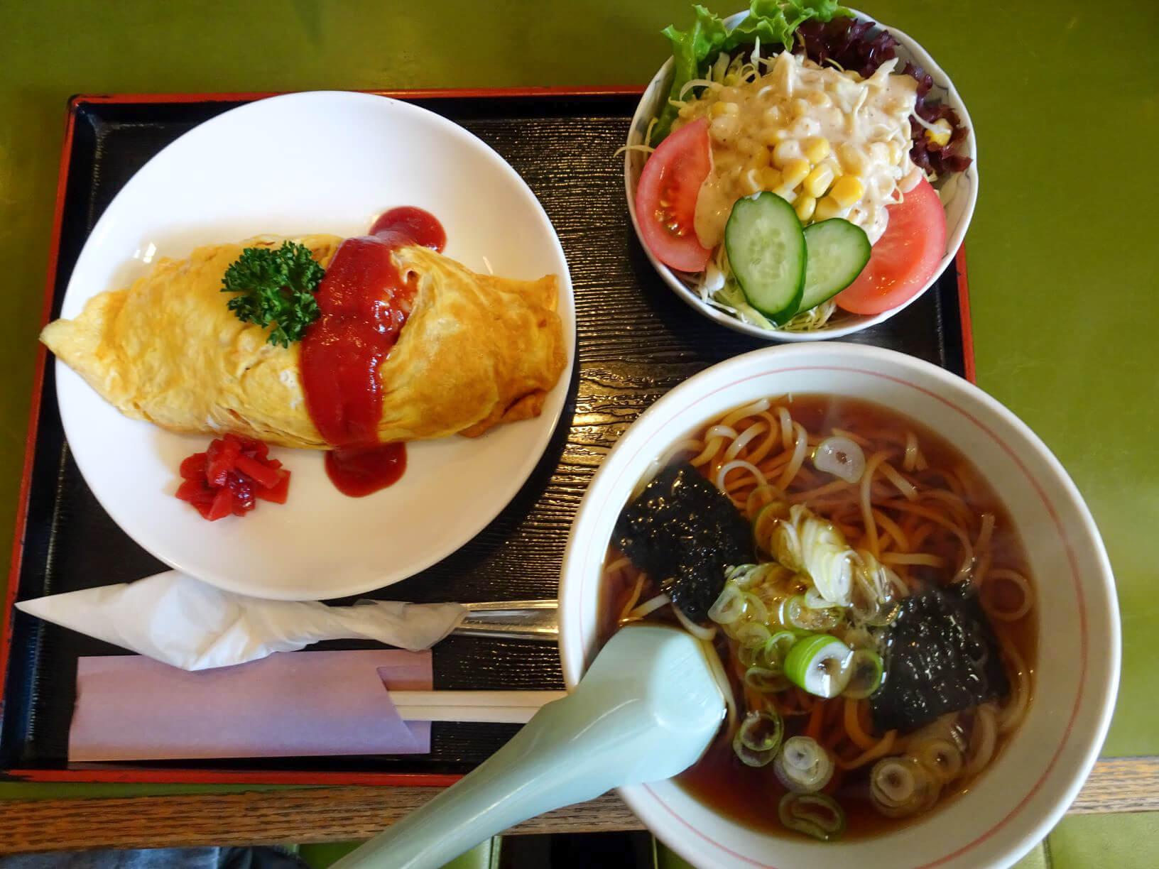 「オムライス+うどん」+野菜サラダ